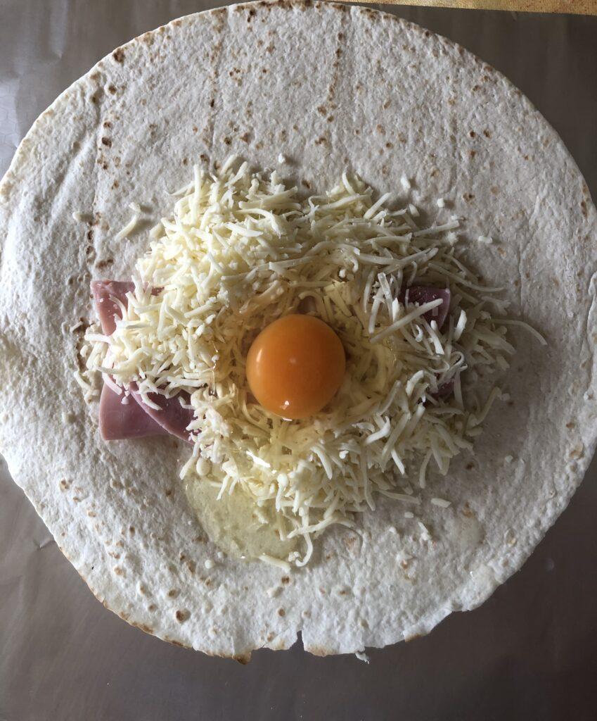 platziertes Ei inmitten vom Käse