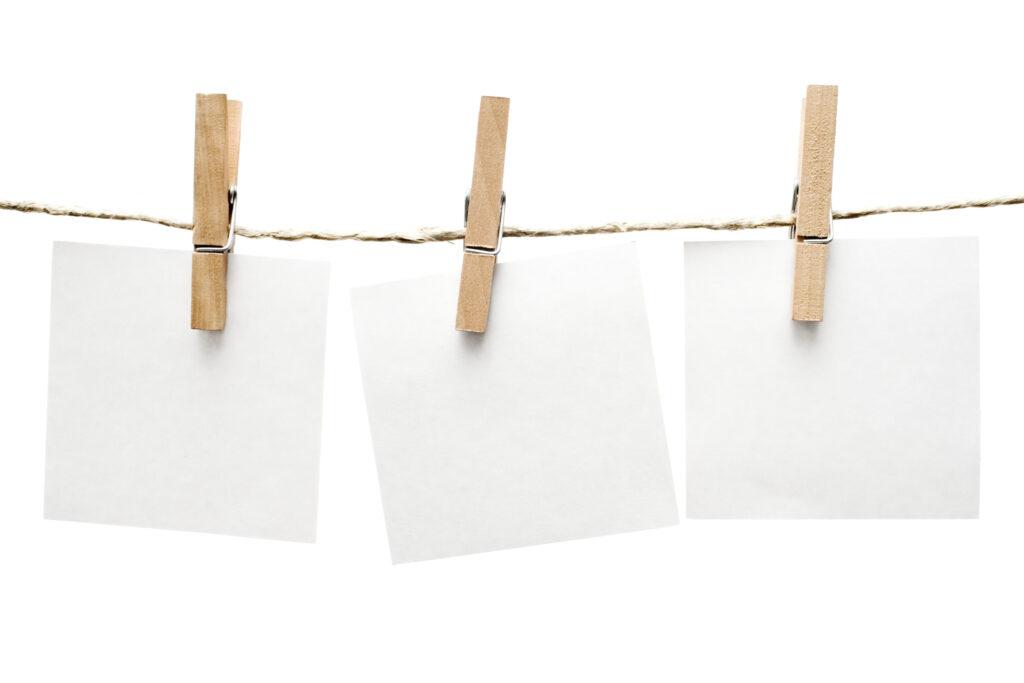 Wäscheklammern befestigen Bilder.