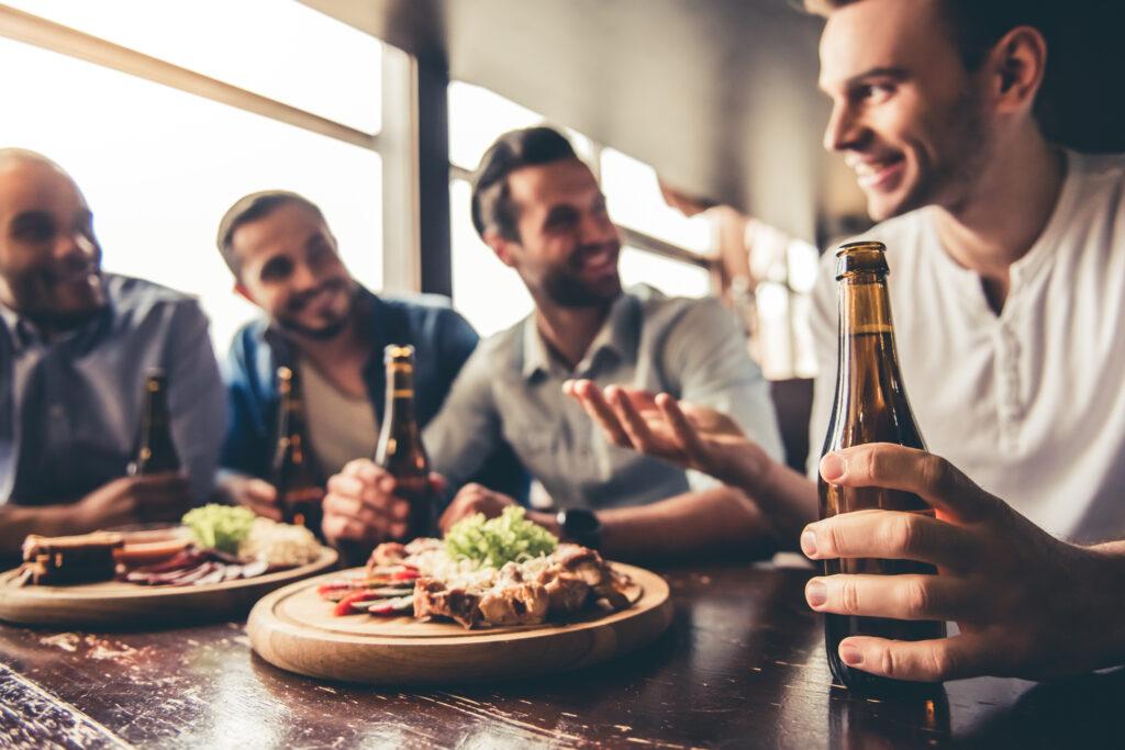 Lifestylekonzepte: Freunde, die gemeinsam essen und ihr Leben genießen